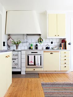 Renovate and relook kitchen shelves - HomeDBS Home Kitchens, Functional Kitchen Design, Kitchen Design, Kitchen Inspirations, Kitchen Renovation, Kitchen Plans, Kitchen Trends, Retro Kitchen, Kitchen Remodeling Projects