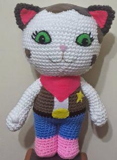 Comparto con ustedes, el patrón que confeccioné de este personaje. Dudas, comentarios, sugerencias: artesanaltejidos@yahoo.com.ar N... Crochet Baby Toys, Crochet Animals, Crochet Dolls, Crochet Stitches, Crochet Patterns, Sheriff Callie, Crochet Disney, Cowgirl Birthday, Art Japonais