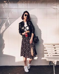 What to wear in Lollapalooza: complete guide - Leather jacket, white printed t-shirt, black printed midi skirt, white sneakers - Modest Fashion, Fashion Outfits, Fashion Trends, 80s Fashion, Petite Fashion, Curvy Fashion, Fashion Bloggers, Fashion Clothes, Fall Fashion