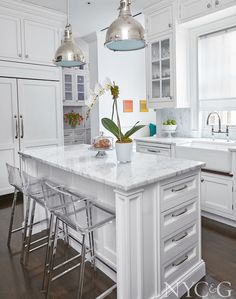A kitchen with built-in eating area was designed to accommodate a busy family. The designer topped the custom-designed island and counter tops with Carrera marble. Grey Countertops, Kitchen Countertops, Kitchen Cabinets, Soapstone Kitchen, Quartzite Countertops, Home Decor Kitchen, Diy Kitchen, Kitchen Design, 10x10 Kitchen