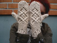 Knitting Patterns Mittens These gorgeous Chevalier knitted cabled mittens have a beautiful, intricate cable pattern that reall… Knitted Mittens Pattern, Knitted Gloves, Knit Socks, Knitting Socks, Baby Hats Knitting, Baby Knitting Patterns, Free Knitting, Fingerless Mitts, Mittens