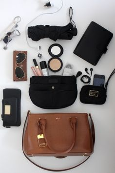 Homevialaura | What's inside my handbag | Lauren Ralph Lauren Newbury handbag | Insjö Inari bag in bag | cosmetics | Rayban Aviator | iPhone | Filofax planner