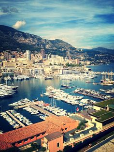 Monaco – Der Ausreisser: Die nicht-französische Stadt an der Küste Südfrankreichs, in der du Französisch sprechen kannst, befindet sich nahe der italienischen Grenze im zweitkleinsten Staat der Welt. Besuche die Prinzenstadt mit eigener Rennstrecke, dem High-Tech Stadtteil «Fontvieille» und dem historischen «Place du Casino». Du wirst begeistert sein.