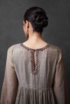 Stylish Blouse Design, Stylish Dress Designs, Stylish Dresses, Indian Bridal Outfits, Indian Designer Outfits, Designer Dresses, Simple Kurta Designs, Kurta Designs Women, Kurti Embroidery Design