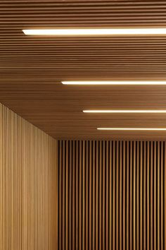 lambris mur et plafond en lamelles de bois et éclairage intégré Wood Slat Ceiling, Wood Slat Wall, Wooden Ceilings, Wooden Slats, Concrete Wall, Brick Wall, Wood Walls, Wood Paneling, Fabric Ceiling