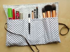 Make a small makeup bag to take your brushes, your mascara . Fanni Stitch, Diy Organisation, Small Makeup Bag, Creation Couture, Couture Sewing, Sewing Projects, Sewing Ideas, Sewing Hacks, How To Make