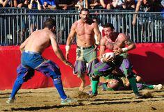 Het Calcio Storico Fiorentino heeft meer weg van een mix tussen rugby en een bokswedstrijd dan van een voetbalwedstrijd