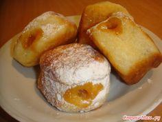 Пончики с джемом Молоко - 150 мл; Мука пшеничная - 370 - 400 г; Яйцо куриное - 2 шт; Масло сливочное - 50 г; Дрожжи (свежие) - 20 г; Соль - щепотка; Сахар - 2 ст. ложки; Ванильный сахар - 1 пакет; Джем по вкусу - 100 мл; Масло растительное - 250 мл; Сахарная пудра - по вкусу