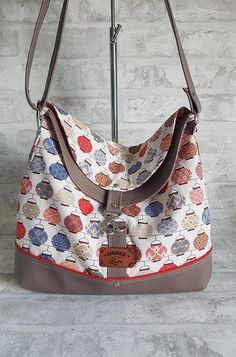 Sac à main Bandoulière, double rabat, en tissu impression Lanternes Chinoises, bleues et rouge, simili cuir beige foncé. de la boutique ChouetteCoutureSacs sur Etsy Cool Hairstyles, Shoulder Bag, Handbags, Impression, Leather Bags, Tutorials, Etsy, Boutique, Scrappy Quilts