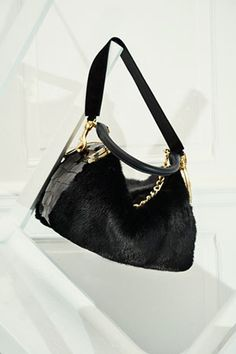 定番のバッグの原型を掘り下げながらも、サカイのシグネチャーである「ハイブリッド」の美学になぞらえたデザインが特徴。