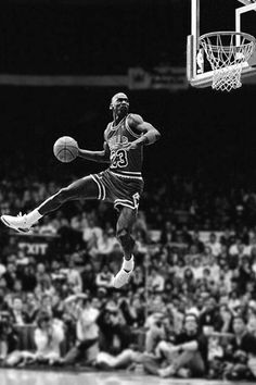 Michael Jordan takes flight. Michael Jordan Basketball, Ar Jordan, Michael Jordan Pictures, Michael Jordan Photos, Mikel Jordan, Jordan Shoes, Jordan Bulls, Basketball Legends, Sports Basketball