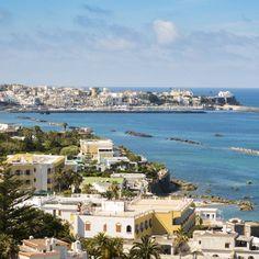 Mach dich bereit für Mittelmeer-Feeling: Die kleine italienische Insel Ischia erwartet dich! Ob du dich nun von den heißen Wassern …