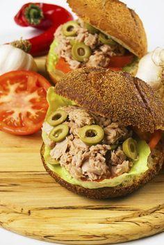 Astazi, ne-am oprit asupra unui sandwich cu ton. Este o alternativa satioasa si foarte sanatoasa la un pranz copios Salmon Burgers, Bagel, Sandwiches, Health Fitness, Lunch, Bread, Chicken, Ethnic Recipes, Food