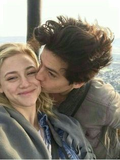 Cole Sprouse e Lili Reinhart Lily Cole, Bughead Riverdale, Riverdale Memes, Camila Mendes Riverdale, Betty Cooper Riverdale, Riverdale Betty And Jughead, Cole Spouse, Lili Reinhart And Cole Sprouse, Zack Y Cody