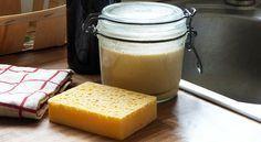 Dans un souci d'écologie mais aussi d'économie, il est intéressant de se lancer dans la confection de liquide vaisselle 100% naturel. Avec le bicarbonate de soude et le savon noir comme seuls ingrédients, cette préparation est très simple à réaliser. Zero Waste, Helpful Hints, Peanut Butter, Diy, Comme, Homemade, Simple, Food, Sprays