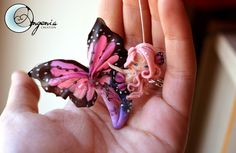 mermaid pink butterfly entirely handmade with polymer clay, no painting I hope you like it! this creation will be available on my fan page on faceboook . Polymer Clay Figures, Polymer Clay Miniatures, Polymer Clay Charms, Polymer Clay Projects, Polymer Clay Creations, Polymer Clay Art, Clay Crafts, Polymer Clay Jewelry, Fairy Mermaid