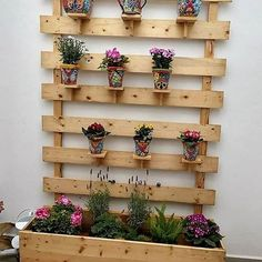 Incredible Ideas for Reusing Old Wood Pallets Just give your house a fantastic outlook with the custom designing of the wood pallet planter project. You just need to add upon the wood pallet plank stacking over the floor area with the impression of rustic Wood Pallet Planters, Wooden Pallet Projects, Wooden Pallet Furniture, Wooden Pallets, Pallet Ideas, Pallet Wood, Pallet Garden Projects, Diy Projects With Pallets, Diy With Pallets