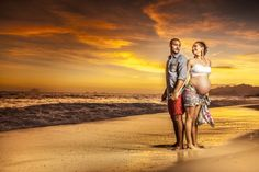 ensaio gestante praia sol crepusculo fim de tarde ceu laranja publicidade casal maternidade maternity casal jovem areia dourada