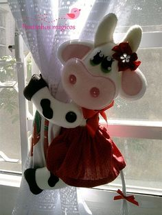 PARA LA CORTINA Felt Crafts Diy, Fun Crafts, Sewing Crafts, Sewing Projects, Cow Ornaments, Felt Christmas Ornaments, Cow Pattern, Felt Decorations, Free Machine Embroidery