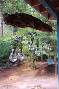 Suspension en bois flotté et vases ampoules