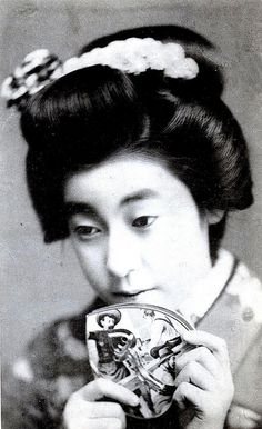 Geisha Eiryu with a tinplate toy 1912