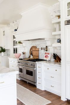 110 Lovely White Kitchen Cabinet Design Ideas - Page 4 of 108 Layout Design, Küchen Design, Home Design, Design Ideas, Studio Design, White Kitchen Cabinets, Kitchen Cabinet Design, Interior Design Kitchen, Kitchen Hood Design