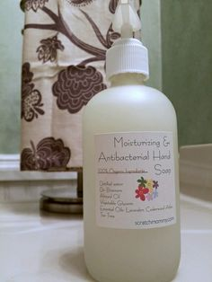 SUPER Moisturizing DIY Antibacterial Hand Soap (leaves your hands silky smooth & ready for handshakes Super moisturizing, DIY antibacterial hand soap (heck. You& be clean and left feeling silky smooth. Homemade Beauty Products, Natural Cleaning Products, Homemade Hand Soap, Limpieza Natural, Antibacterial Soap, Liquid Hand Soap, Beauty Recipe, Soap Recipes, Home Made Soap