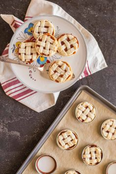 You'd never guess that you could make mini pies with Mason jar lids! Try this out for Valentine's Day treats everyone will love. Mason Jar Pies, Mason Jar Desserts, Mini Mason Jars, Mason Jar Meals, Mini Desserts, Chocolate Desserts, Delicious Desserts, Yummy Food, Mini Appetizers
