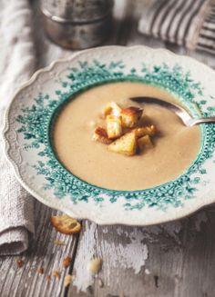 Creamy caramelized onion soup with garlic croutons - Trois fois par jour Soup Recipes, Cooking Recipes, Healthy Recipes, Delicious Recipes, Onion Soup, Caramelized Onions, Soups And Stews, Food Inspiration, Love Food