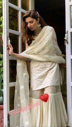Simple Pakistani Dresses, Pakistani Fashion Casual, Pakistani Wedding Outfits, Pakistani Dress Design, Indian Dresses, Stylish Dress Designs, Stylish Dresses, Simple Dresses, Women's Fashion Dresses