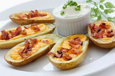Yummy Baked Potato Skins These are loaded with toppings: Parmesan & Cheddar cheese, sour cream & green onion. Potato Skins, Potato Bites, Baby Shower Food Easy, Best Twice Baked Potatoes, Comida Para Baby Shower, Bacon, Potato Recipes, Veg Recipes, Appetizer Recipes