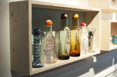 """Collection """"Pingoins"""", décors peints à la main sur carafes en verre, hauteur : 28 cm"""