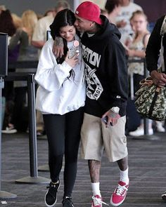 Kylie Jenner Gets a Big Kiss from Tyga at the Airport!: Photo Tyga plants a big kiss on his girlfriend Kylie Jenner's cheek while making their way through LAX Airport on Friday (July in Los Angeles. Kylie Jenner Outfits, Trajes Kylie Jenner, Kendall Y Kylie Jenner, Estilo Kylie Jenner, Kardashian Jenner, Kardashian Family, Estilo Hip Hop, Streetwear, Big Kiss