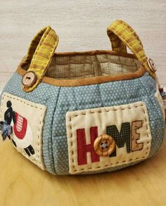 "Sunday 10 April ""Cestino Country Home"" . Patchwork Bags, Quilted Bag, Fabric Crafts, Sewing Crafts, Fabric Bowls, Sewing Baskets, Craft Bags, Handmade Bags, Bag Making"