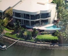 Entire home/apt in Gold Coast, AU. Highest quality executive home - sleeps six. Amazing expansive views Close to all the Gold Coast Theme Parks. Easy access to both airports Twenty minutes to Gold Coast beaches Shopping Centres, restaurants and Marinas $441night
