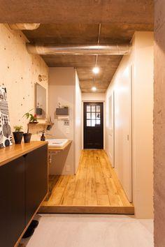 中古を買ってリノベーションの相談はEcoDeco.リノベーションの事例写真たくさんあります。不動産購入、リノベの相談無料。#リノベーション#インテリア#東京#照明#家づくり#home #house#趣味#趣味を楽しむ#整理整頓#暮らし#玄関#ヴィンテージ#洗面#洗面インテリア#洗面所 Home Entrance Decor, House Entrance, Home Decor, Small House Exteriors, Natural Interior, Japanese Interior, Small Places, Japanese House, Apartment Interior