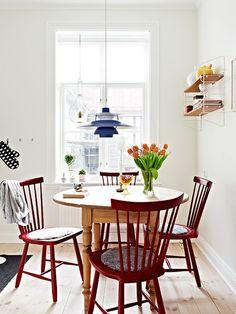 """Hier """" Lilla Åland"""" in einem fröhlichen Rot. Kitchen Interior, Interior Design Living Room, Kitchen Furniture, Interior Desing, Interior Decorating, Room Inspiration, Interior Inspiration, Small Kitchen Tables, Home Kitchens"""