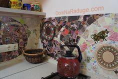 мозаика из битой плитки - фартук на хухне
