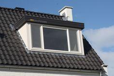 Kunststof dakkapel waarbij de boeideel is afgewerkt met een zinken graag. Een mooie combinatie van crème wit en antracietgrijs.