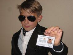 Make your own James Bond 007 ID Card. Easy DIY prop for a James Bond Halloween costume! James Bond Kostüm, James Bond Party, James Bond Theme, Dress Up Costumes, Diy Costumes, Halloween Costumes, Costume Ideas, James Bond Dresses, James Bond Fancy Dress