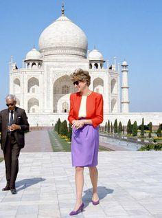 Princess Diana visits Taj Mahal during her trip to India. diana of Wales of wales Diana of Wales Di Diana Diana Spencer spencer royal family Taj Mahal, Princess Diana Fashion, Kate Middleton Prince William, Lady Diana Spencer, Princess Of Wales, Royal Princess, Queen Of Hearts, Royal Fashion, Meghan Markle