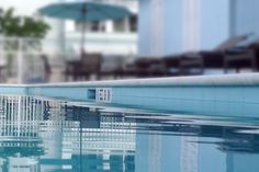 Wie schädlich  Chlor und gechlortes Wasser für die Haut sind ist umstritten, doch in jedem Fall ist es ratsam, nach dem Schwimmen gründlich mit chlorfreiem Wasser zu duschen und behutsam mit Pflegemitteln umzugehen. Feuchtigkeitsspendende Cremes mit einem pH-Wert um 5,5, dem natürlichen pH-Wert der Haut, sind dazu ideal. Mehr dazu hier: http://www.trainingsworld.com/sportarten/schwimmen-sti46714/schaedlich-chlor-schwimmbad-haut-2909216.html