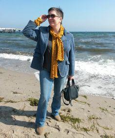 Honiggelb an Jeansblau: So kann auch eine Herbsttypfrau Blau tragen und die Trendfarbe Gelb in einem Outfit harmonisch kombinieren