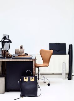 Series 7 chair by Arne Jacobsen and Kaiser idell table lamp by Christian Dell from Fritz Hansen | Fra fabrikk til lekker leilighet | Bo-bedre.no