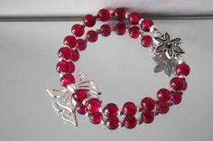 Armband aus roten Crackele-Glasperlen mit silbernen Zwischteilen und Blume und Schleife.