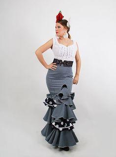 Faldas flamencas Chester de cintura alta confeccionadas en color verde, azul y roja, son faldas de flamenca de talle bajo con subida lateral, cuenta con cuatro volantes del mismo color que la falda y otro de color marfil con piculina del color de la falda flamenca. Estas faldas rocieras son ideales para combinar con la blusa chorrera o blusa goyesca y con el cinturón de Lis a elegir en varios colores. http://www.elrocio.es/faldas-flamencas-y-faldas-rocieras/2174-faldas-rocieras-chester.html