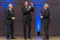 Laudator und Jury-Mitglied Andreas Schümchen von der Hochschule Bonn-Rhein-Sieg ehrt zusammen mit acatech Präsident Reinhard F. Hüttl die Gewinner des PUNKT – Preis für Technikjournalismus und Technikfotografie. (Foto: acatech/S. Pietschmann)
