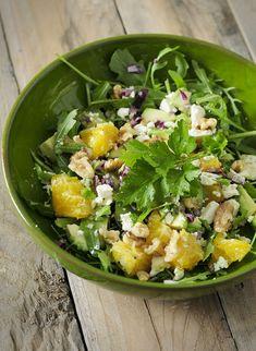 Sinaasappelsalade, zo lekker, zo verfrissend en super voedzaam! Met avocado, walnoten, rode ui, feta en rucola, smullen!
