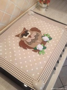 I love how the magnetic hearts hold it in place! I have to clean my stove top due to the dust that accumulates. Owl Applique, Applique Quilts, Owl Crafts, Diy And Crafts, Quilting Projects, Sewing Projects, Fabric Crafts, Sewing Crafts, Handmade Gifts For Friends