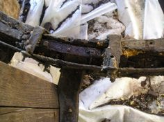 Anche la corona lignea è piuttosto deteririora in alcuni punti: in questo caso vediamo una cavità che era stata riempita di spugna e successivamente ricoperta di catrame.
